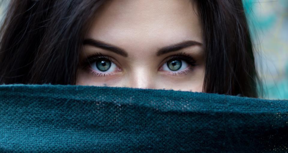 La peau d'une femme et ses yeux