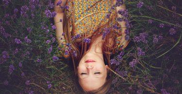Femme heureuse les fleurs apportent du bonheur